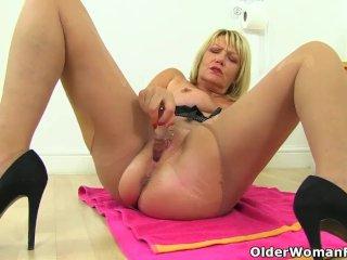 English gilf Amy gives her fanny a dildo treat