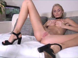A szexi szőke cica megkívánja saját magát