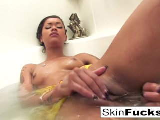 Skin Diamond's naughty bath playtime
