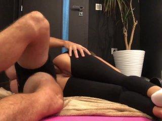 Den sportslige unge jenta og yogatreneren