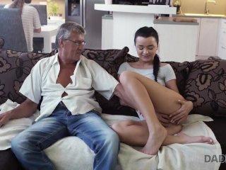 DADDY4K. La cattiva ragazza inizia ad accarezzarsi seduta vicino al vecchio