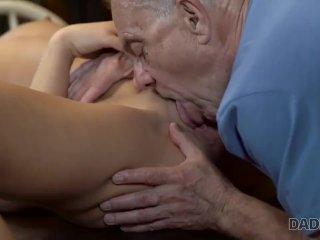 DADDY4K. Der reiche alte Mann flirtet mit einer jugendlichen Kokette, die d