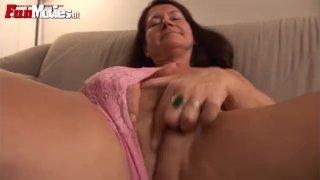 Mature slut fucks her cunt with an huge dildo
