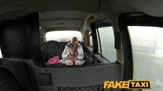 FakeTaxi Стриптизершу жестко трахают в такси