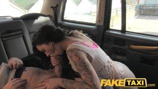 FakeTaxi дерзкая брюнетка уговаривает водителя на секс