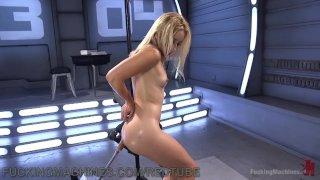 Симпотичная блондинка обучается роботизированными дилдо