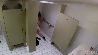 WICKED - Парочка Потрахалась в общественном туалете