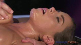 Массаж брюнетки с большими натуральными сиськами заканчивается интенсивным оргазмом