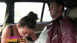 FemaleFakeTaxi (ЖенскоеЛжеТакси): горячая таксисточка хочет трахнуться и измазать все сиськи в сперме