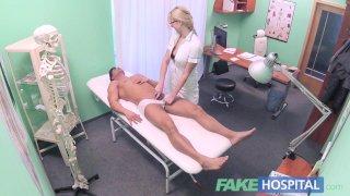 Поддельная больница спортивный парень кончает на сиськи медсестры блондинки после её траха