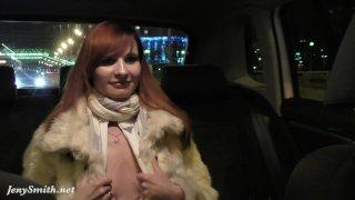 Jeny Smith раздевается на заднем сидении такси