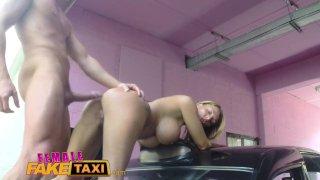 Женский Fake Taxi Stud дарит грудастой мамаше кремпай на капоте такси
