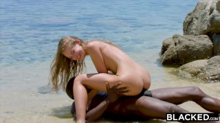 BLACKED Сильный негр трахает блондинку на пляже