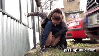 Чешских девушек ловят со спущенными трусами за автобусной остановкой