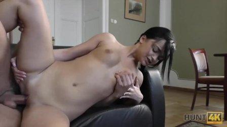 HUNT4K. Chick accetta il sesso per soldi anche di fronte al fidanzato