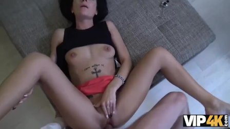VIP4K. La delgada morena Inga Devil necesita dinero y está lista para todo