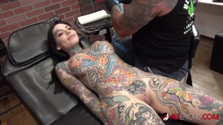 Tiger Lilly gets a forehead tattoo while naked