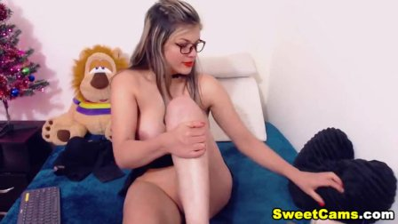 She Loves To Share How She Play Her Pussy
